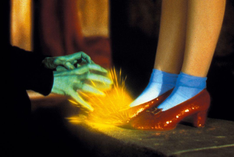 Die böse Hexe des Westens will unbedingt Dorothys magische Schuhe - oder ihr Hund Toto wird sterben ... - Bildquelle: Warner Bros.