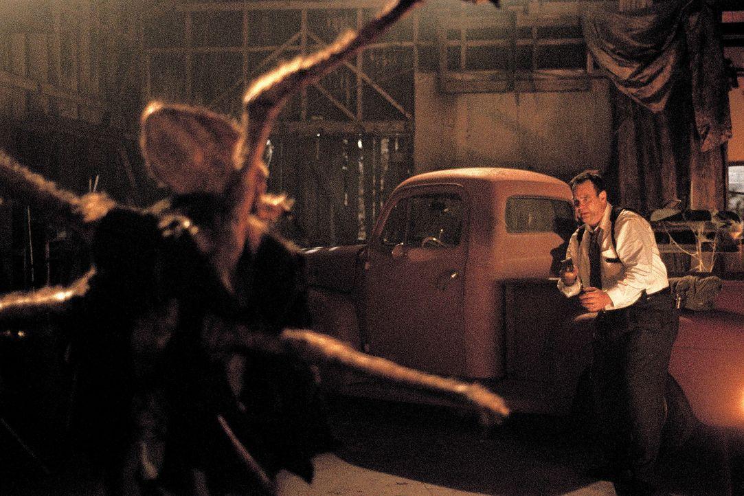 Detective Jack Grillo (Dan Aykroyd, r.) muss sich gegen Quentin (Devon Gummersall, l.) zur Wehr setzten ... - Bildquelle: 2003 Sony Pictures Television International. All Rights Reserved.