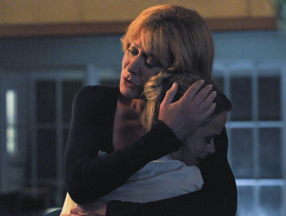 Steves Bemühungen haben gefruchtet. Seine Mutter (Christine Lahti, l.) und seine Schwester (Taryn Manning, r.) wagen einen Neuanfang ... - Bildquelle: 2012 CBS Broadcasting, Inc. All Rights Reserved.