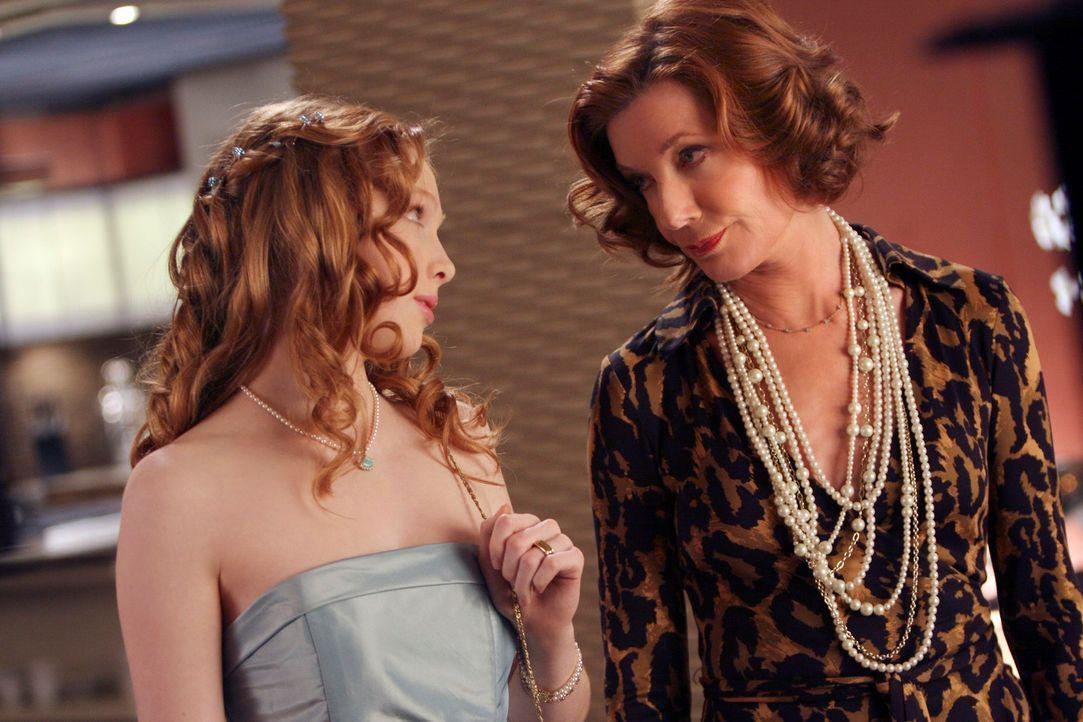 Martha (Susan Sullivan, r.) kann es mal wieder nicht lassen und gibt ihrer Enkelin Alexis (Molly C. Quinn, l.) wertvolle Tipps mit auf den Weg ... - Bildquelle: ABC Studios