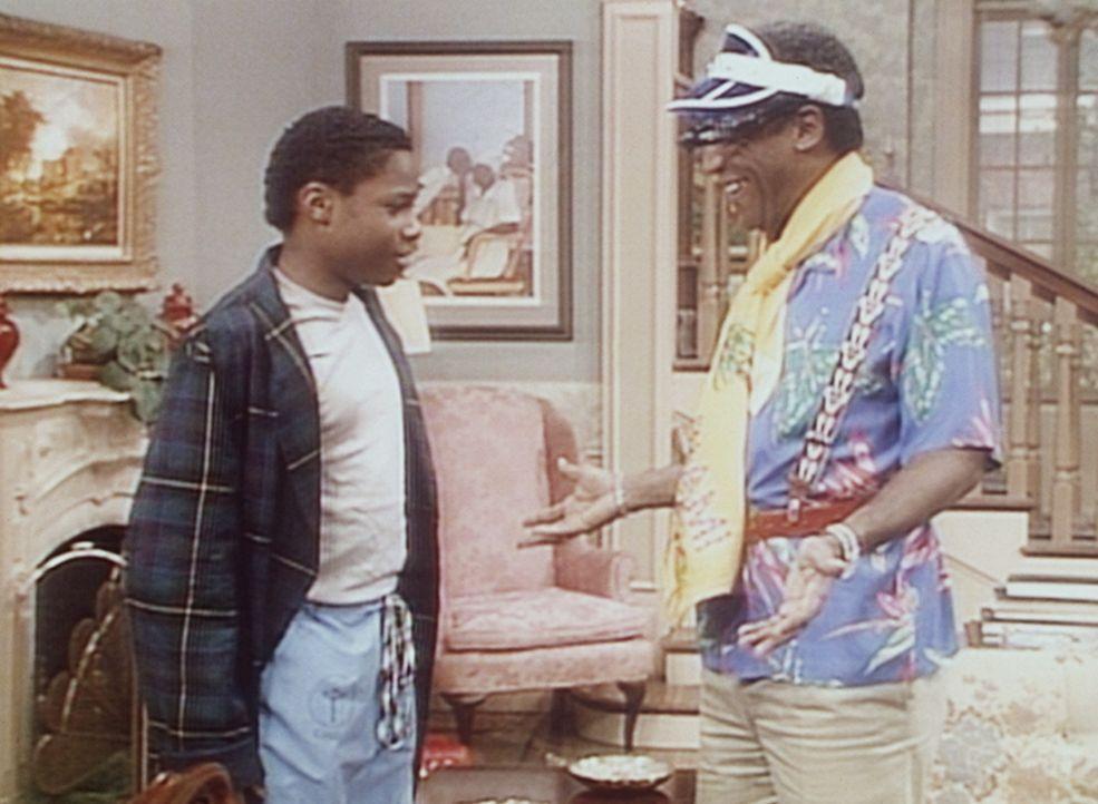Cliff (Bill Cosby, r.) erklärt seinem Sohn Theo (Malcolm-Jamal Warner, l.), dass er bessere Geschenke zum Vatertag verdient hat, als die, die er ge... - Bildquelle: Viacom