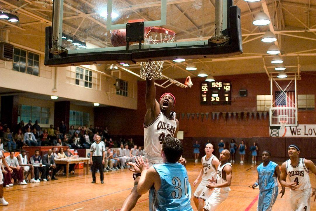 Basketballcoach Carter trainiert ein brillantes Basketballteam, dass sich leider auch durch seine schlechten Schulnoten auszeichnet. Er nimmt das Te... - Bildquelle: CBS International Television