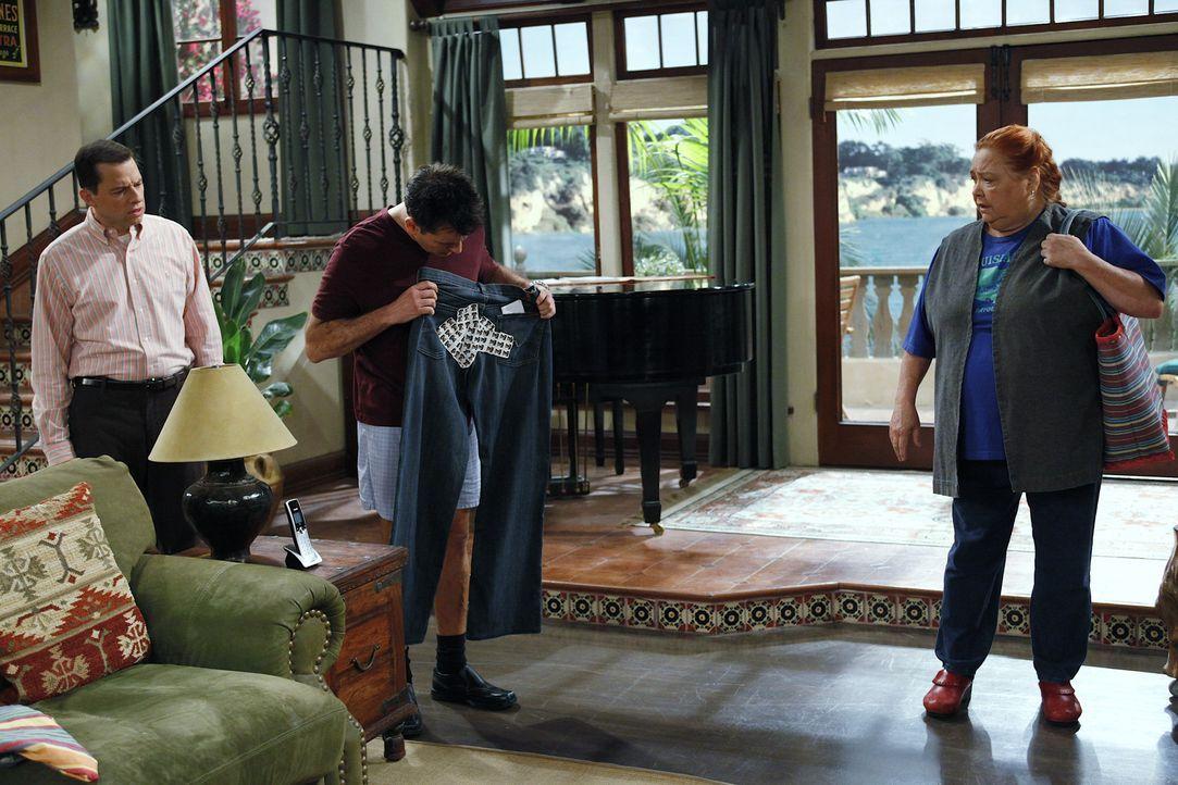 Während Alan (Jon Cryer, l.) sich Sorgen darüber macht, dass bei Jake zwei Mädchen übernachtet haben, hat Berta (Conchata Ferrell, r.) eine ganz... - Bildquelle: Warner Bros. Television
