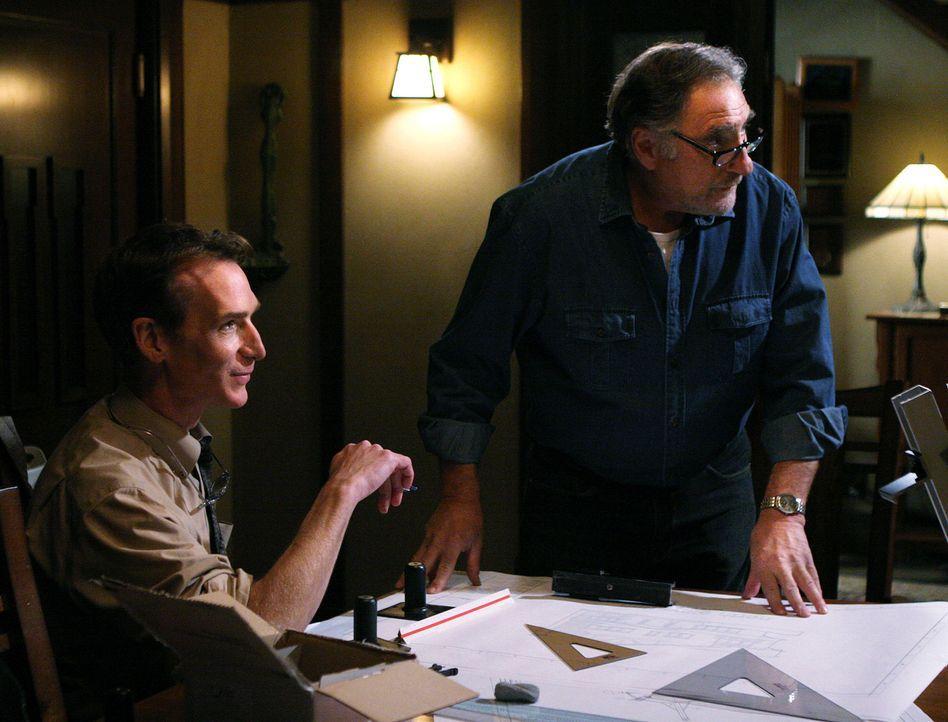Während Don an einem neuen Fall arbeitet, plant Alan (Judd Hirsch, r.) mit Professor Waldie (Bill Nye, l.) die Umrüstung des Heizkessels .... - Bildquelle: Paramount Network Television