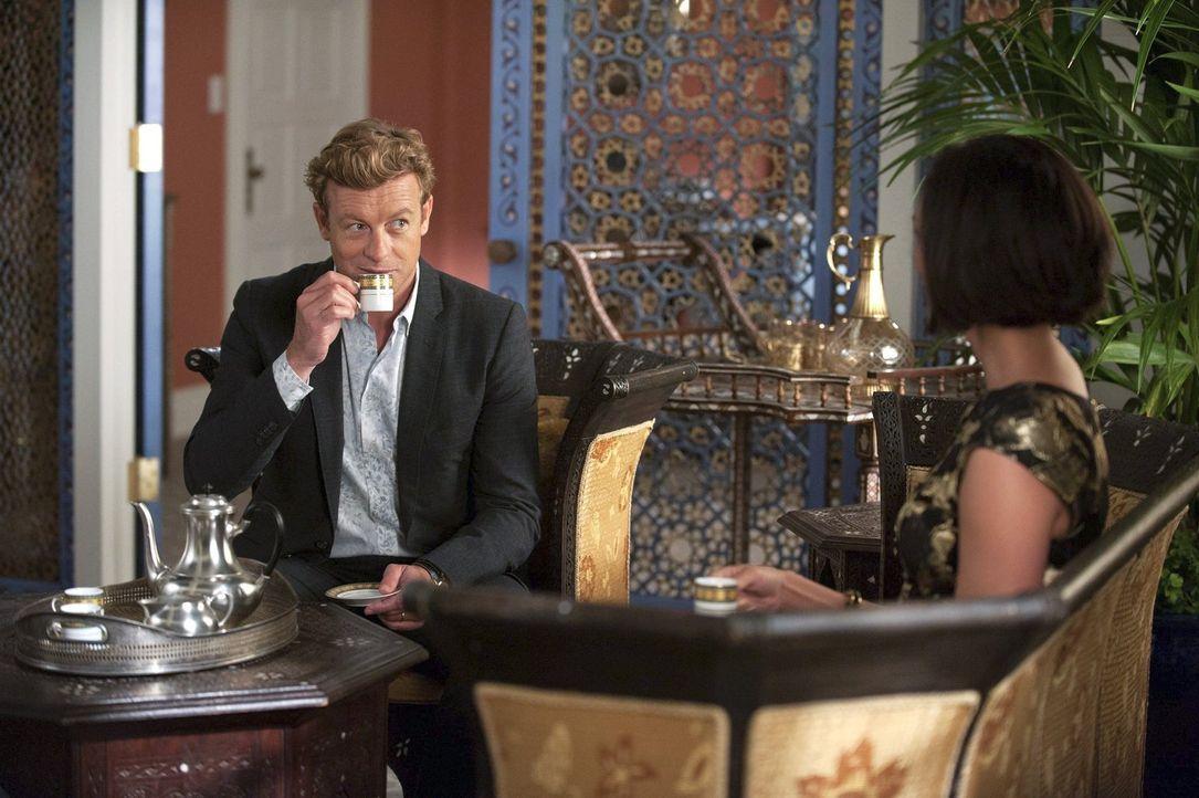 Jane (Simon Baker, l.) und Lisbon reisen nach Beirut, wo sie mit Janes bekannter Nemesis Erica Flynn (Morena Baccarin, r.) zusammenarbeiten, um dere... - Bildquelle: Warner Bros. Television