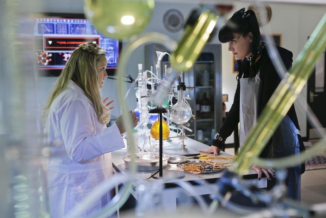 Hat Dr. Janice Brown (Lucy Davis, l.) etwas mit dem aktuellen Fall zu tun, den Abby (Pauley Perrette, r.) und das restliche Team bearbeiten? - Bildquelle: Sonja Flemming CBS Television / Sonja Flemming