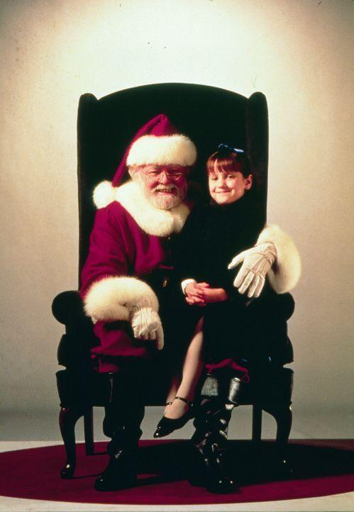 Kriss Kringle (Richard Attenborough, l.) tut sich äußerst schwer, die Erwachsenen von seiner wahren Identität zu überzeugen. Die kleine Susan (Mara...
