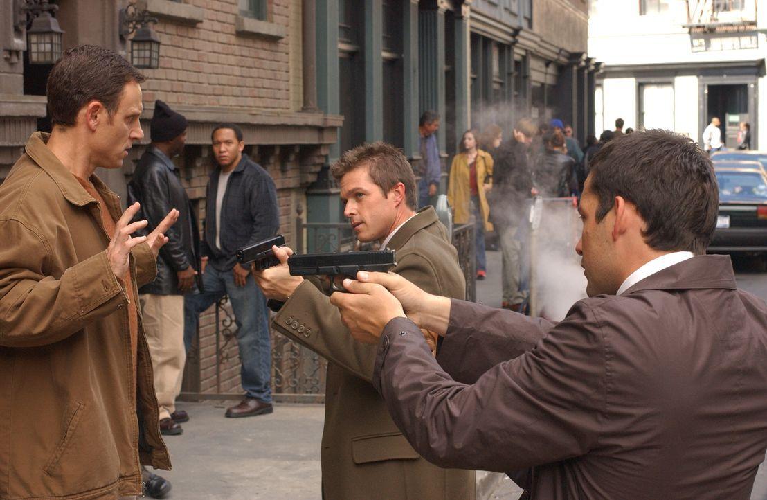 Und wieder müssen sich Martin Fitzgerald (Eric Close, M.) und Danny Taylor (Enrique Murciano, r.) die Frage stellen, ob sie dem wahren Mörder (Tony... - Bildquelle: Warner Bros. Entertainment Inc.