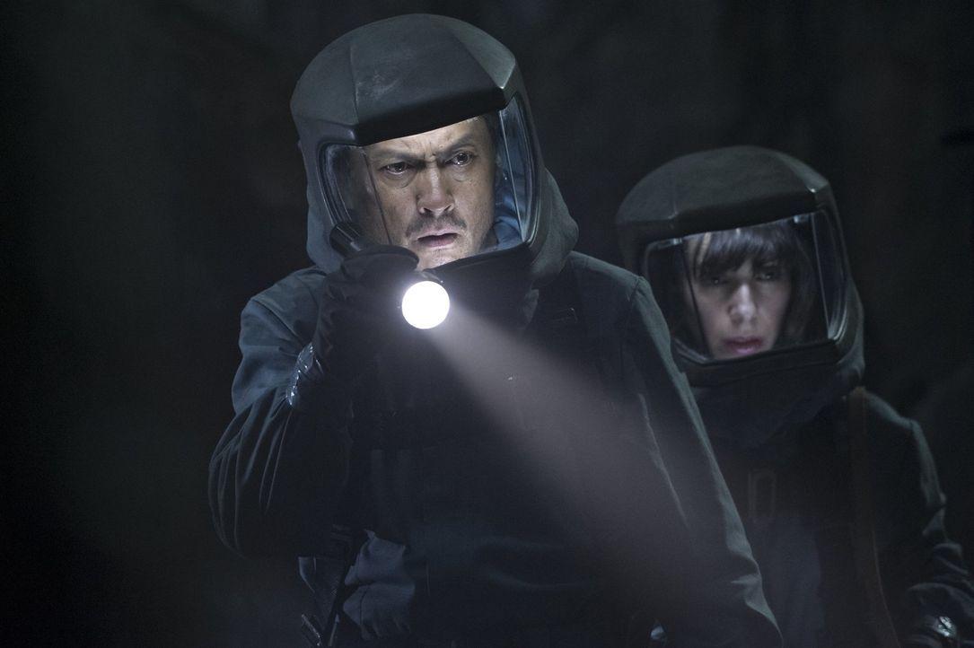 Dr. Ichiro Serizawa (Ken Watanabe, l.) und seine Assistentin Vivienne Graham (Sally Hawkins, r.) sind geschockt, als die gigantische Riesenechse, di... - Bildquelle: 2014   Warner Bros.