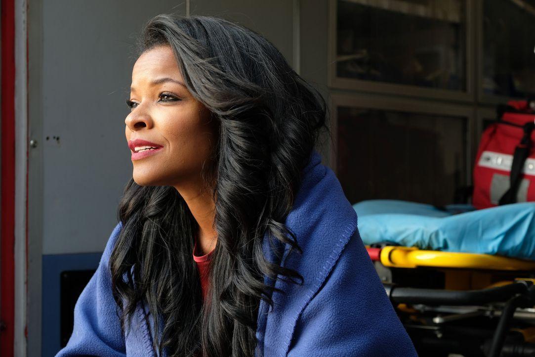 Nachdem vor ihren Augen eine Autobombe explodiert, steht Trish (Keesha Sharp) noch völlig unter Schock ... - Bildquelle: Warner Brothers