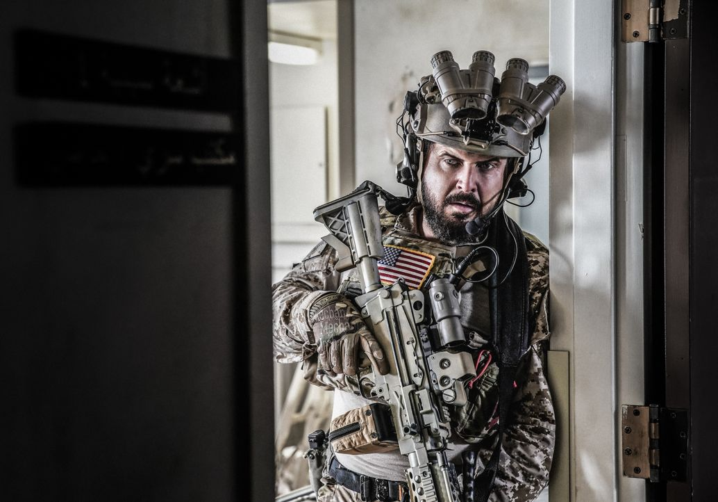 Können Sonny (A.J. Buckley) und das SEAL Team die Geiseln sicher aus der Anlage schleusen, als sich ihnen eine feindliche Militäreinheit nähert? - Bildquelle: Erik Voake Erik Voake/CBS   2017 CBS Broadcasting, Inc. All Rights Reserved. / Erik Voake