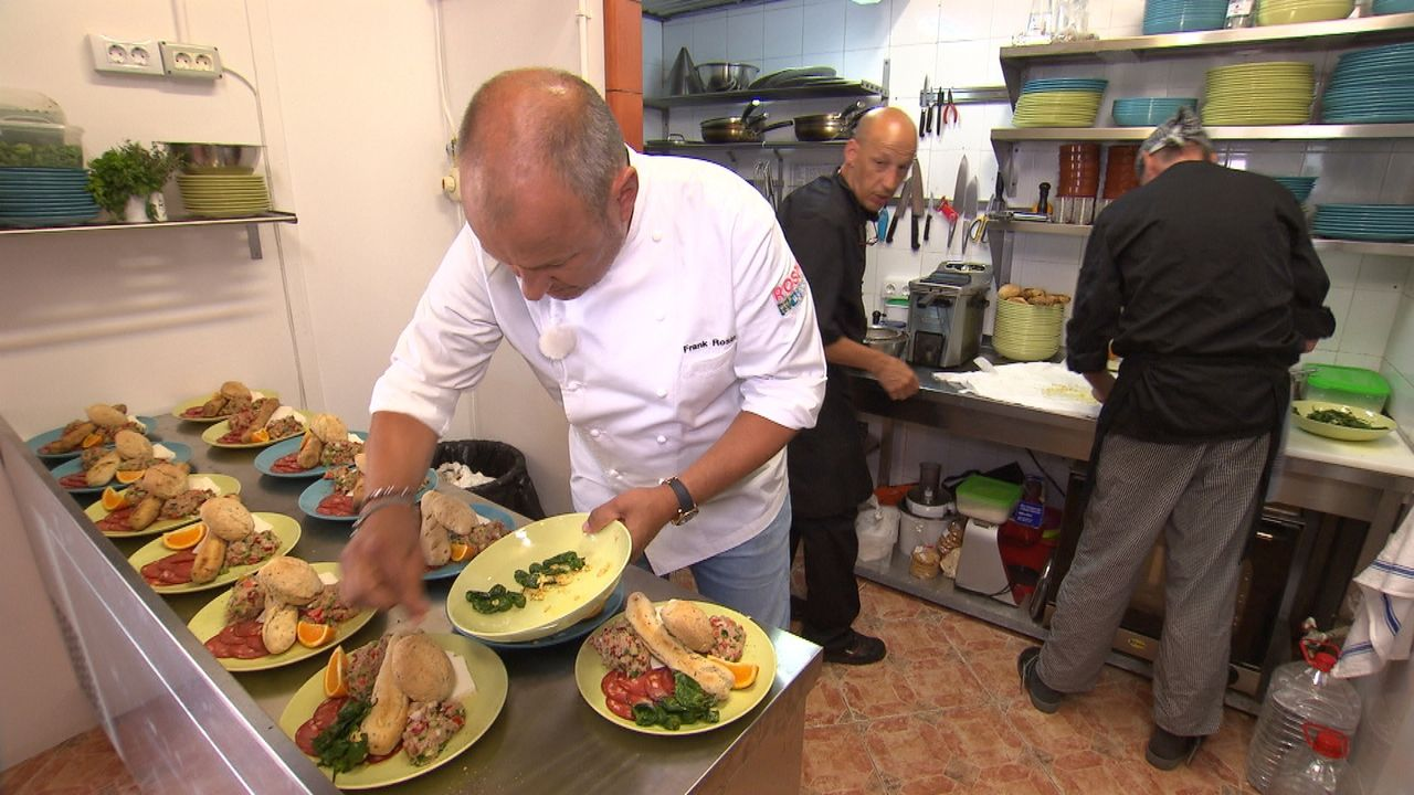 """Zusammen mit Sternekoch Frank Rosin (l.) wollen Sven (M.) und Olaf (r.) endlich wieder schmackhafte Gerichte im """"Abraxas"""" auf La Gomera servieren ... - Bildquelle: kabel eins"""