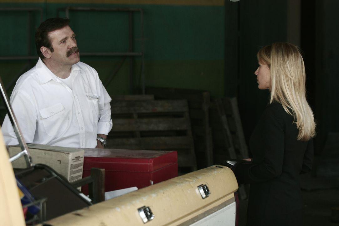 Bei ihren Ermittlungen stößt Samantha (Poppy Montgomery, r.) auf Tim Peterson (Mik Scriba, l.). - Bildquelle: Warner Bros. Entertainment Inc.