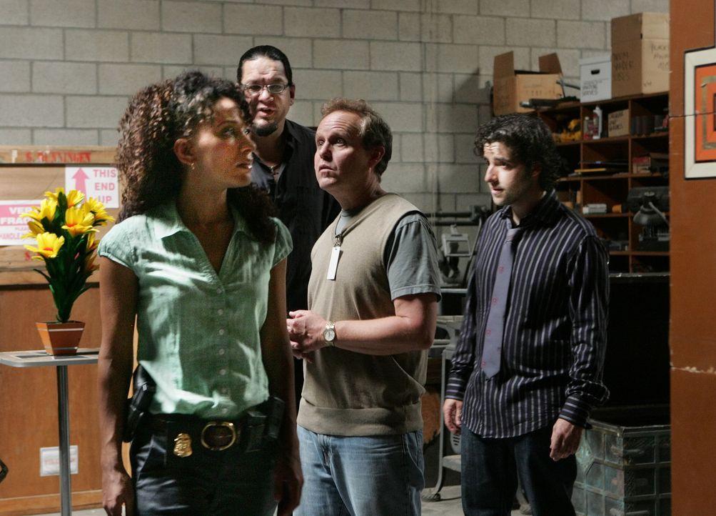 Um hinter das Geheimnis des Zaubertricks von Talma zu gelangen, versuchen Nikki (Sophina Brown, l.), Penn Jillette (Penn Jillette, 2.v.l.) Charlie (... - Bildquelle: Paramount Network Television