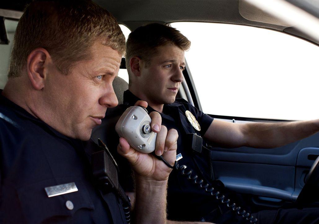 (3. Staffel) - Die Straßen von L.A. sind ihr Revier: Officer Ben Sherman (Benjamin McKenzie, r.) und Officer John Cooper (Michael Cudlitz, l.) - Bildquelle: Warner Brothers