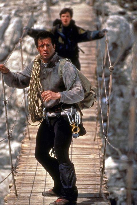 Gabe Walker (Sylvester Stallone, vorne) nimmt mit seiner Freundin Jessie (Janine Turner, hinten) die Verfolgung der Verbrecherbande auf ... - Bildquelle: 1993 Cliffhanger B.V. All Rights Reserved.