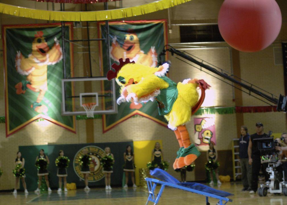 Pete (Jason Dolley) ist ein Loser an seiner High School. Da überredet ihn sein bester Freund, das Schulmaskottchen in einem Gockel-Kostüm zu spiel... - Bildquelle: Disney Enterprises, Inc. All rights reserved.