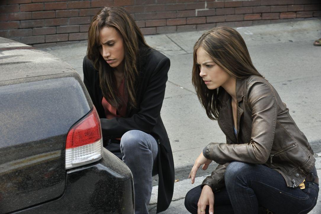 Müssen einen neuen Mordfall aufklären: Tess (Nina Lisandrello, l.) und Catherine (Kristin Kreuk, r.) ... - Bildquelle: 2012 The CW Network, LLC. All rights reserved.
