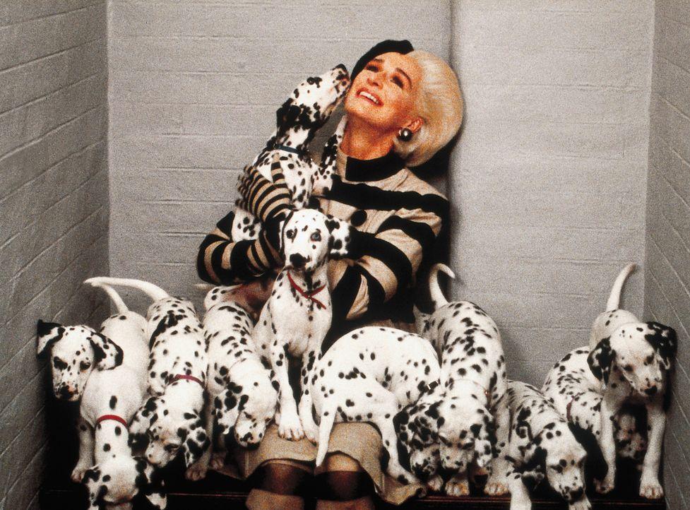 Drei Jahre sind vergangen, seit sie Londons Hundereich in Angst und Schrecken versetzt hat. Nun ist Cruella (Glenn Close) wieder aus dem Gefängnis... - Bildquelle: Walt Disney Pictures