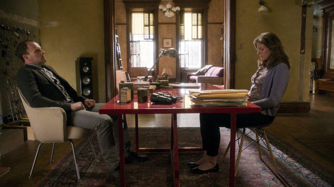 Als Holmes (Jonny Lee Miller, l.) wieder auf May (Joanna Christie, r.) trifft, wirbelt das seine Vergangenheit auf ... - Bildquelle: 2017 CBS Broadcasting, Inc. All Rights Reserved.