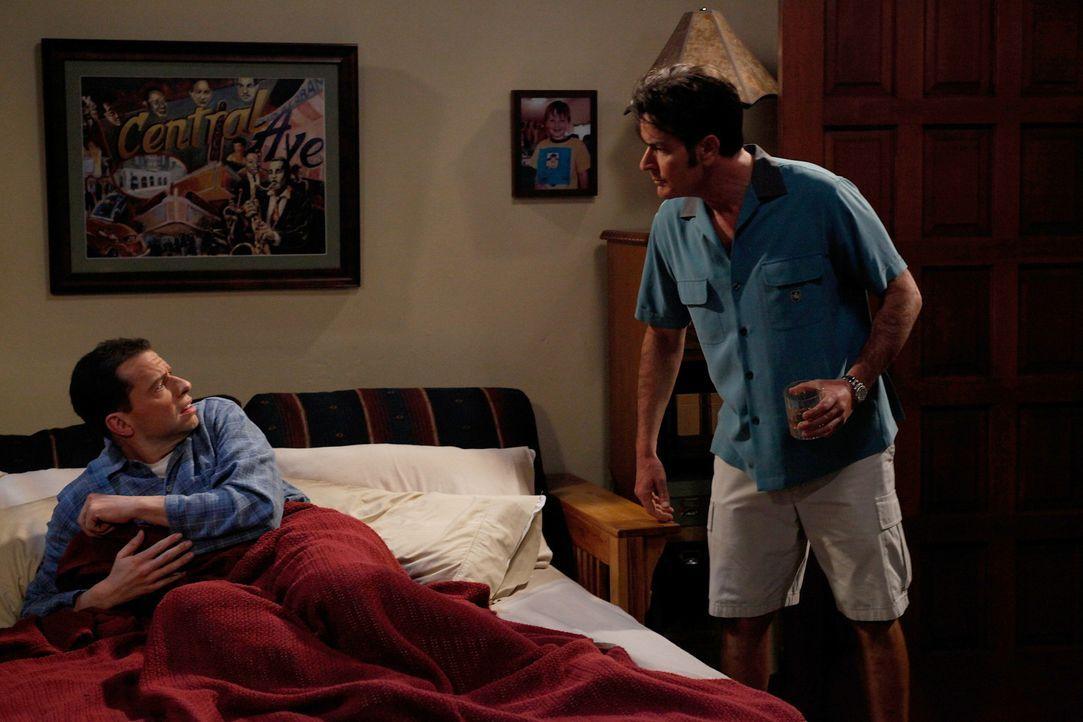 Sind sich nicht ganz einig: Charlie (Charlie Sheen, r.) und Alan (Jon Cryer, l.) ... - Bildquelle: Warner Brothers