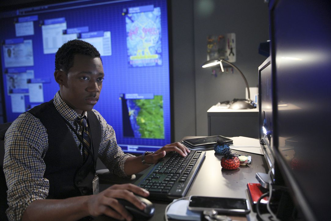 Mit Montys (Tyler James Williams) Hilfe will das International Response Team in Mumbai einen Verrückten fangen, der es auf Organe von Festivalbesuch... - Bildquelle: Cliff Lipson 2015 American Broadcasting Companies, Inc. All rights reserved.