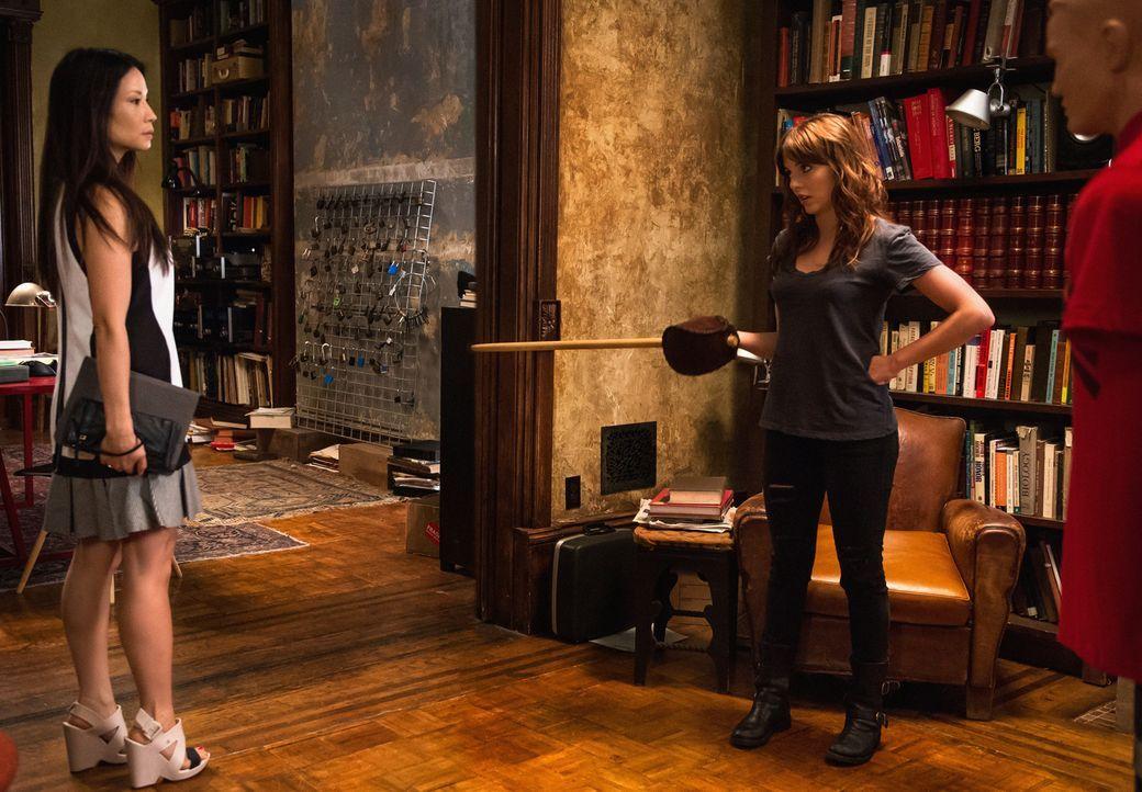 Joan (Lucy Lui, l.) lässt nicht locker und endlich erfährt sie mehr über Kittys (Ophelia Lovibond, r.) Vergangenheit ... - Bildquelle: CBS Television