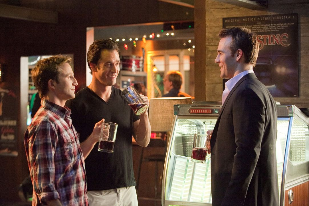 Bash (Mark-Paul Gosselaar, M.) hat sich bereiterklärt, den Verlobten seiner Ex Janie, Nathan Connor (James Van Der Beek, r.), zu vertreten. Sein Par... - Bildquelle: 2011 Sony Pictures Television Inc. All Rights Reserved.