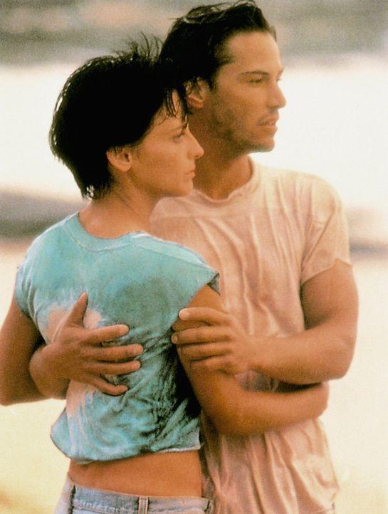 Weil sein Kollege Pappas die maskierten Bankräuber in der Surfer-Szene vermutet, lässt sich Johnny (Keanu Reeves, r.) in die Gruppe einschleusen. Sc... - Bildquelle: Largo International N.V. All rights reserved.