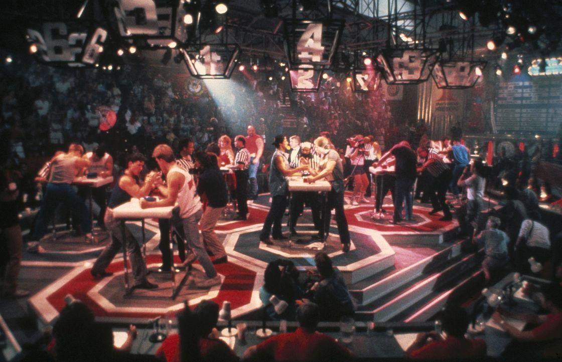 Der Trucker Lincoln Hawk (Sylvester Stallone, hinten l.) nimmt an der Weltmeisterschaft für Armdrücken teil. Vorher hat er seinen Truck verkauft u... - Bildquelle: Warner Bros.