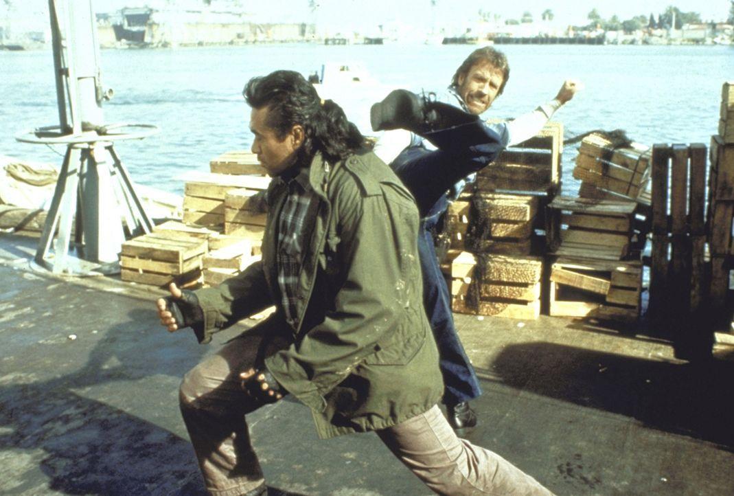 Supercop O'Brien (Chuck Norris, r.) ist auf der fieberhaften Jagd nach einem irren Frauenmörder ... - Bildquelle: Cannon Films