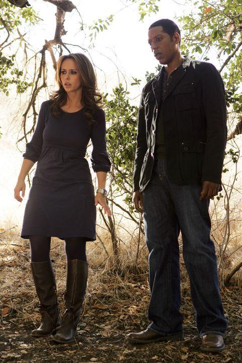 Werden sie die vermisste Sydney tot oder lebendig finden? Melinda (Jennifer Love Hewitt, l.) und Casey (Orlando Jones, r.) verfolgen die Spur ... - Bildquelle: ABC Studios