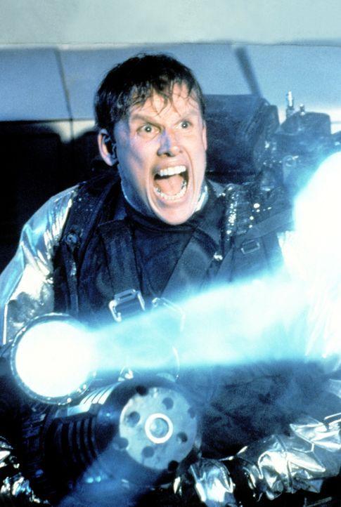 Verzweifelt versucht FBI-Agent Keyes (Gary Busey), den Außerirdischen mit einer Spezialausrüstung dingfest zu machen ... - Bildquelle: 1990 Twentieth Century Fox Film Corporation.