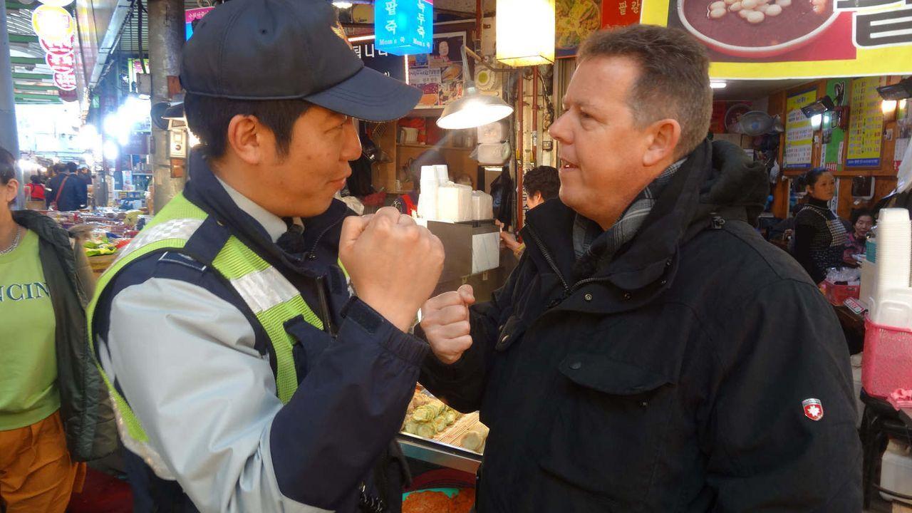 Die Koreaner trinken mehr harte Spirituosen als jede andere Nation. Und sie trinken mehr, als sie vertragen. Das bekommen auch Toto (r.) & Harry zu... - Bildquelle: kabel eins