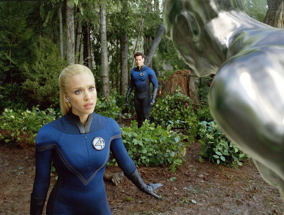"""Erst spät erkennt Susan (Jessica Alba, l.), dass der """"Silver Surfer"""" (Doug Jones, r.) von dem üblen Herrscher seines Planeten erpresst wird ... - Bildquelle: Twentieth Century Fox"""