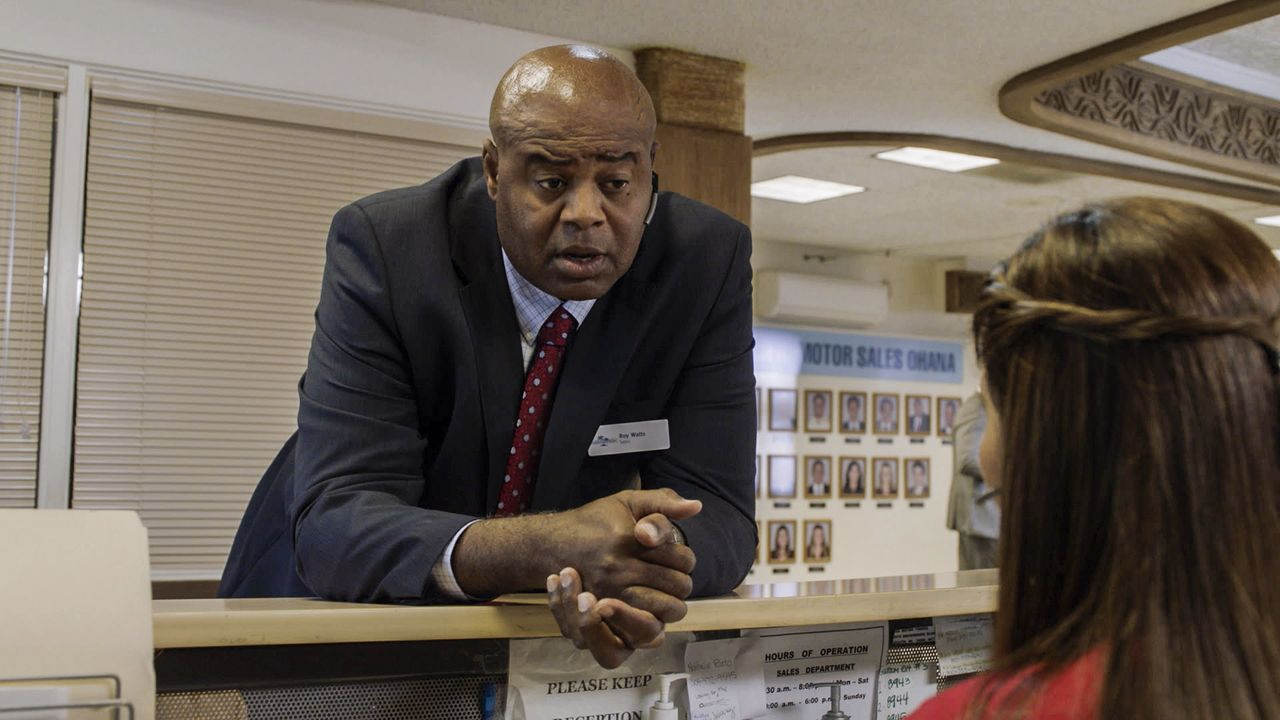 Zurück auf Hawaii, muss das Team den Tod eines Autohändlers aufklären. Grover (Chi McBride) ermittelt undercover ... - Bildquelle: Norman Shapiro 2016 CBS Broadcasting, Inc. All Rights Reserved / Norman Shapiro