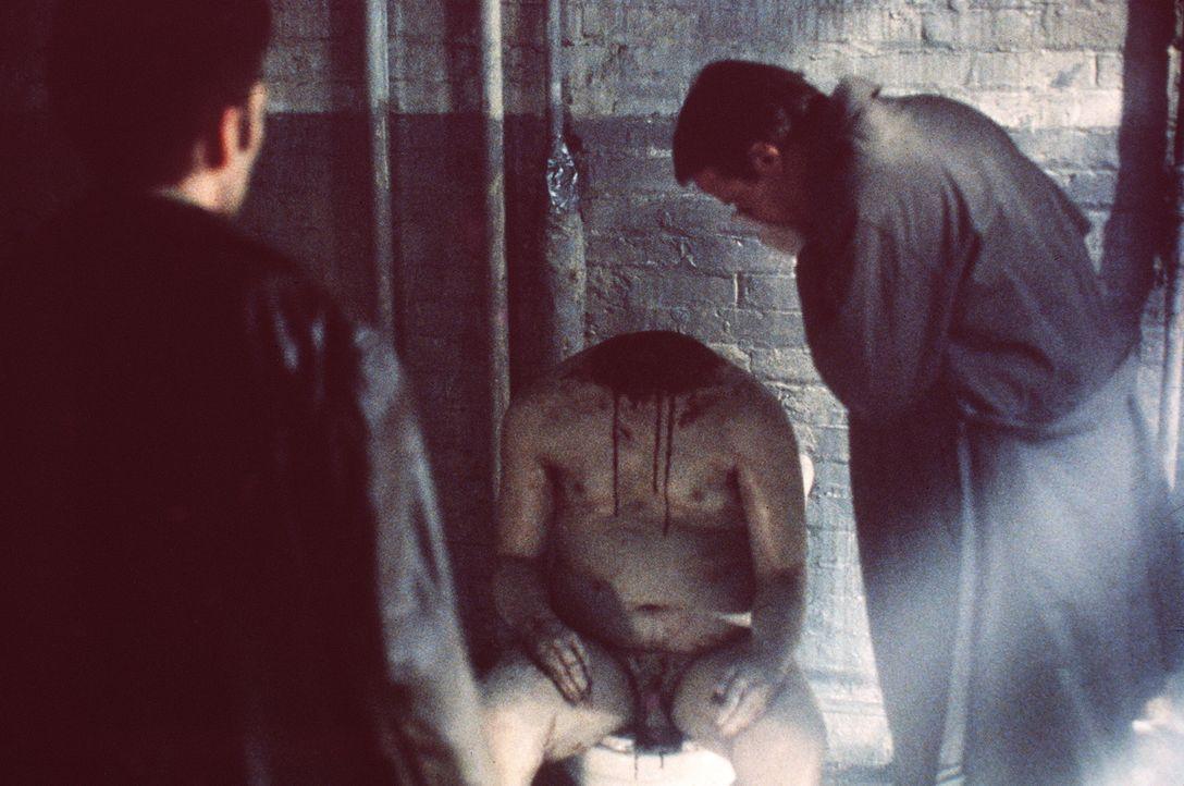 Bei jedem neuen Mordopfer ist ein jeweils anderes Körperteil unauffindbar. Detektiv John Prudhomme (Christopher Lambert, r.) erahnt des Rätsels Lösu... - Bildquelle: Columbia TriStar Home Video