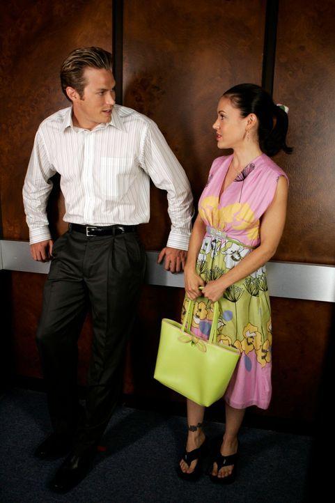 Auf ihrer eigenen Trauerfeier, lernt Phoebe (Alyssa Milano, r.) Dex (Jason Lewis, l.) kennen, dem sie früher schon öfter im Fahrstuhl in der Arbeit... - Bildquelle: Paramount Pictures