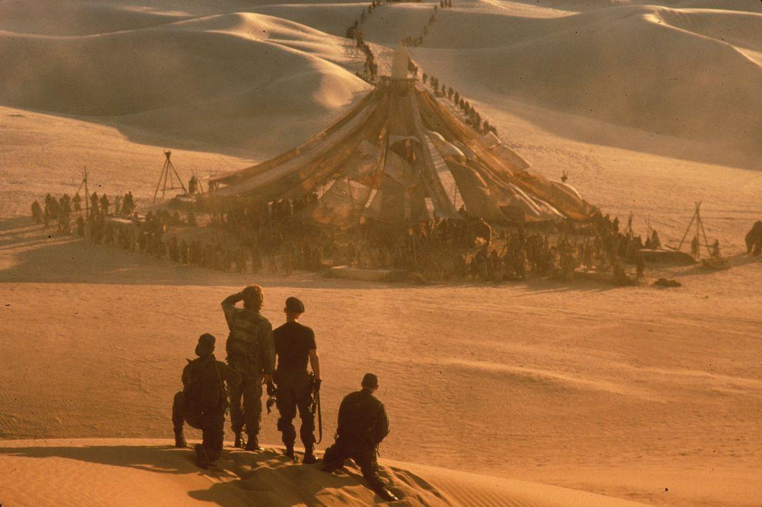 Dr. Daniel Jackson, Colonel Jack O'Neil und die Soldaten finden sich in einer fremden Welt wieder ...