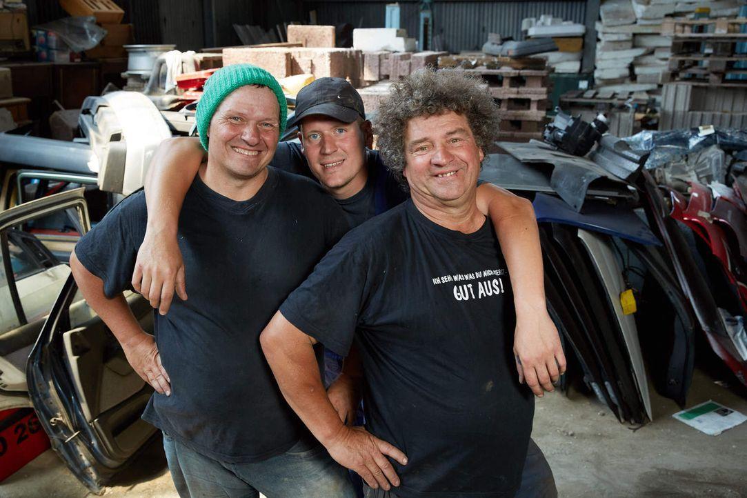 Nachdem mit Manni (l.) und Uwe (r.) nur noch zwei der Brüder den neuen Schrottplatz betreiben werden, freut sich Uwes Sohn Thommy (M.), mit dabei zu... - Bildquelle: Guido Engels kabel eins