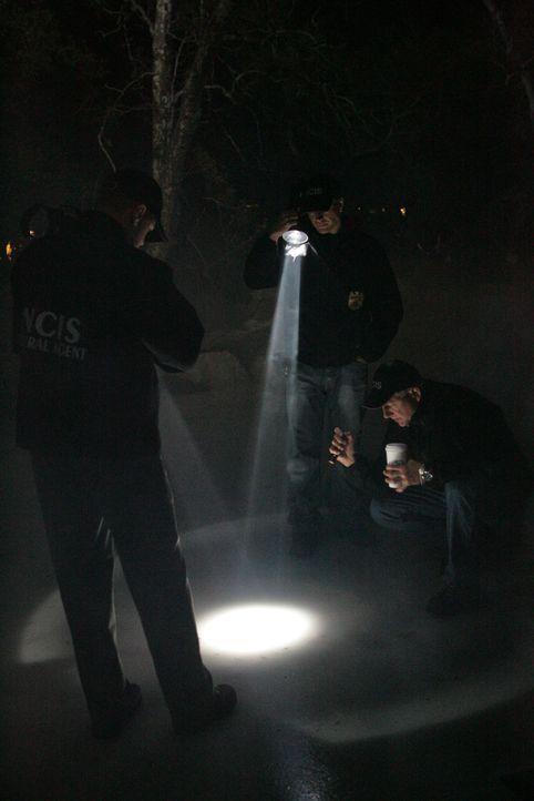 Als ein paar Kinder einen zugefrorenen Teich überqueren, entdecken sie unter dem Eis einen toten Marine. McGee (Sean Murray, l.), Gibbs (Mark Harmon... - Bildquelle: CBS Television