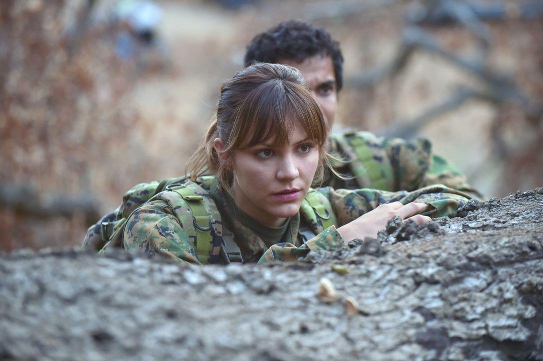 Wagt sich mit ihren Freunden nach Bosnien: Paige (Katharine McPhee) ... - Bildquelle: Ron Jaffe 2014 CBS Broadcasting, Inc. All Rights Reserved / Ron Jaffe