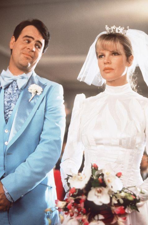 Kaum hat derStrahlenphysiker Mills (Dan Aykroyd, l.) die Schönheit Celeste (Kim Basinger, r.) erblickt,  ist er wild entschlossen, sie zu heiraten... - Bildquelle: Columbia Pictures