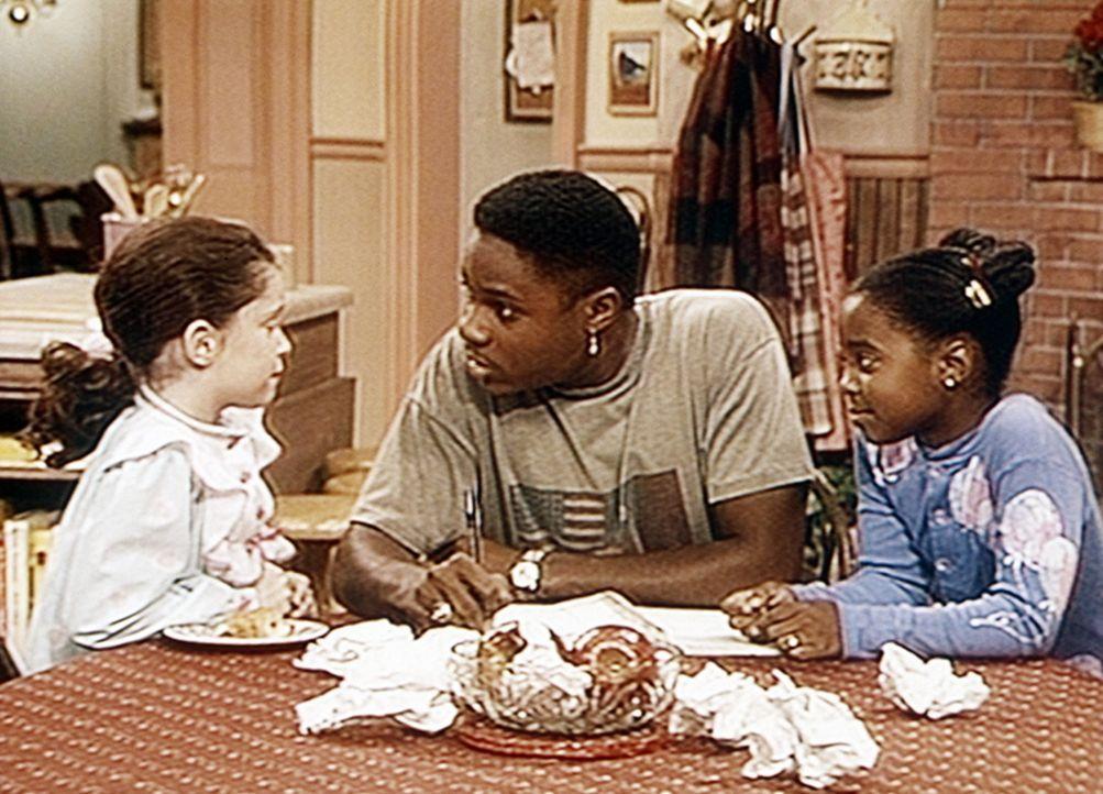 Rudy (Keshia Knight Pulliam, r.) und ihre Freundin Carolyn (Grace Johnston, l.) geben Theo (Malcolm-Jamal Warner, M.) Tipps, wie er seine Arbeit bes... - Bildquelle: Viacom