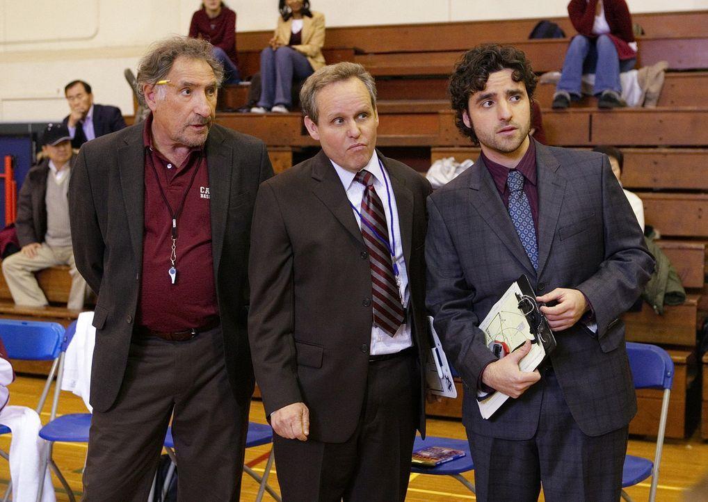 Gemeinsam wollen Alan (Judd Hirsch, l.), Larry (Peter MacNicol, M.) und Charlie (David Krumholtz, r.) dem CalSci Basektballteam helfen, endlich wied... - Bildquelle: Paramount Network Television