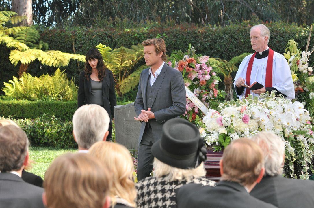 Nachdem die Leiche von Austin Marr gefunden wurde, müssen Patrick (Simon Baker, M.) und Teresa (Robin Tunney, l.) die private Trauerfeier von Ethel... - Bildquelle: Warner Bros. Television