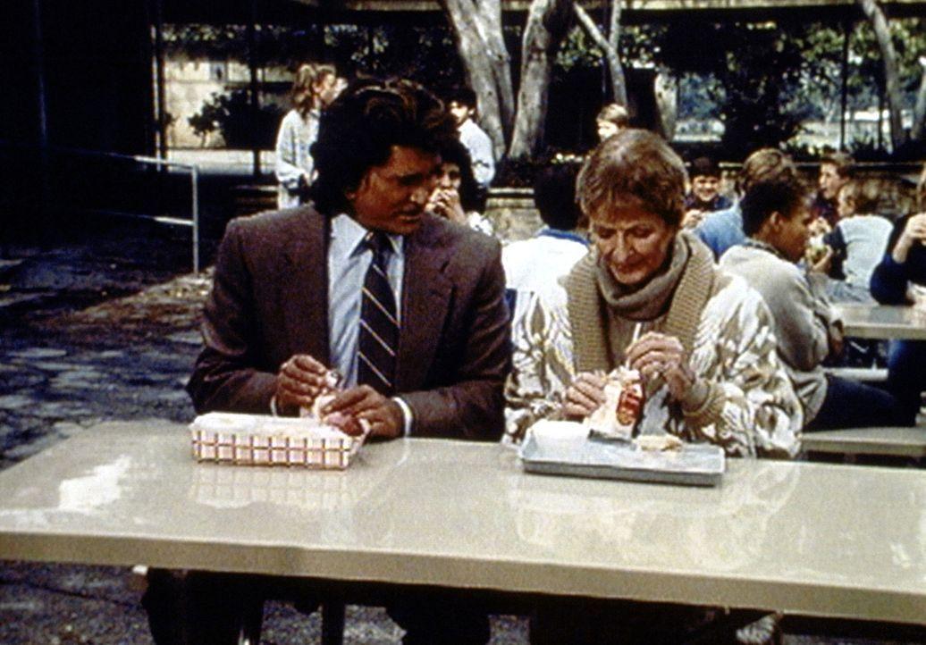 Jonathan (Michael Landon, l.) unterhält sich mit der Lehrerin Stella Brisby (Doreen Lang, r.) über die drei neuen Schüler. - Bildquelle: Worldvision Enterprises, Inc.