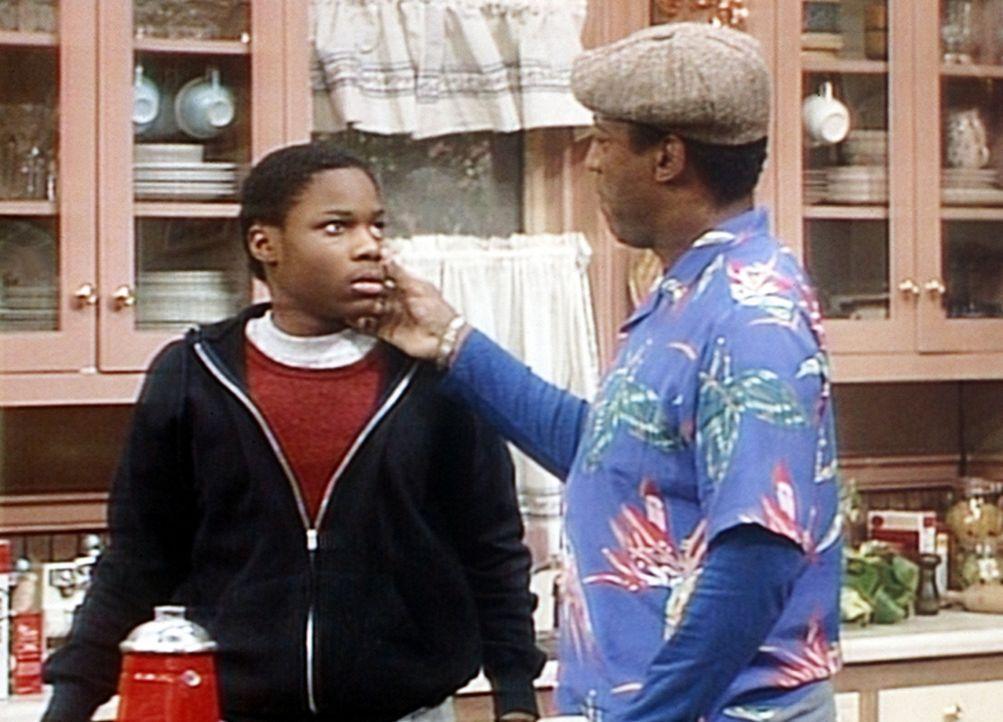 Clair hat einen Joint in Theos Geographiebuch gefunden. Nun versucht Cliff (Bill Cosby, r.) herauszufinden, ob Theo (Malcolm-Jamal Warner, l.) high... - Bildquelle: Viacom