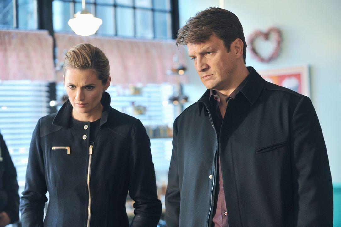 Castle (Nathan Fillion, r.) und Beckett (Stana Katic, l.) ermitteln im Mordfall des Cupcake-Bäckers Jimmy, der kopfüber in einer Teigrührmaschine hä... - Bildquelle: ABC Studios