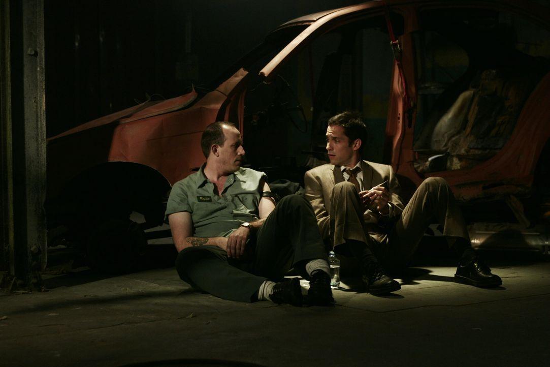 Haben viel zu besprechen: Rafael (Alex Fernandez, l.) und Danny (Enrique Murciano, r.) ... - Bildquelle: Warner Bros. Entertainment Inc.